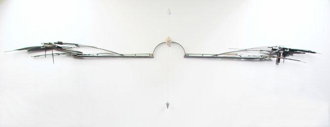 La voie du milieu (2003) Acier, pierre, fil à plomb et mine de plomb (fil à plomb dessiné) 400 x 125 x 20cm.