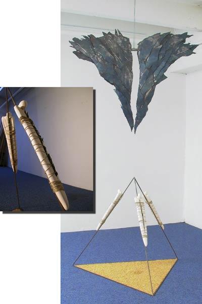 Plume de plomb (1998) Acier et céramique (pyramide) 200 x 100 x 100 cm.